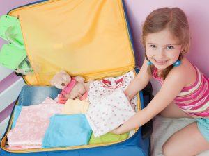 Kind packt Koffer für den Krankenhausaufenthalt