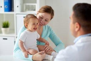 Mutter und Kleinkind sind beim Arzt