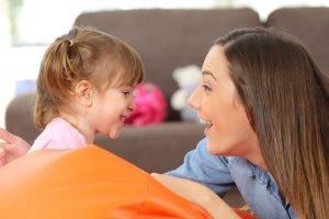 Kind und Frau lachen sich an