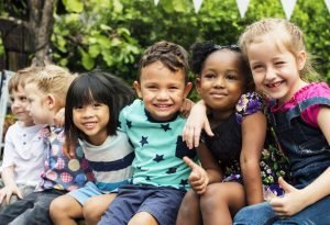 Kinder in einer Gruppe lächeln in die Kamera