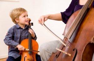 Kind und Frau spielen Cello