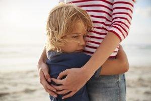Kind umarmt Mutter