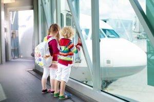 Kinder stehen am Flughafen