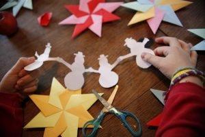 ein kind bastelt mit papier verschiedene motive
