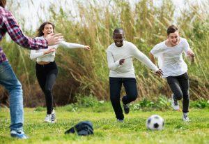 mehrere kinder spielen fussball auf einer wiese