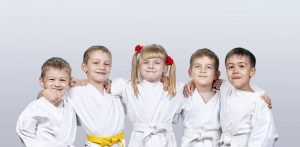 fuenf kinder beim karate
