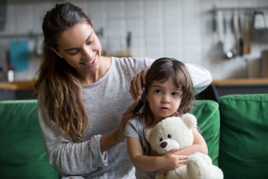 Kinder leiden unter Haarausfall: Ursachen erkennen und richtig behandeln.