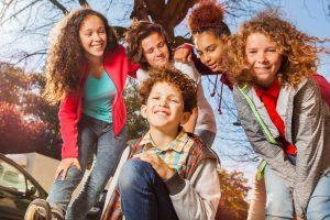 eine gruppe von kinder im freien