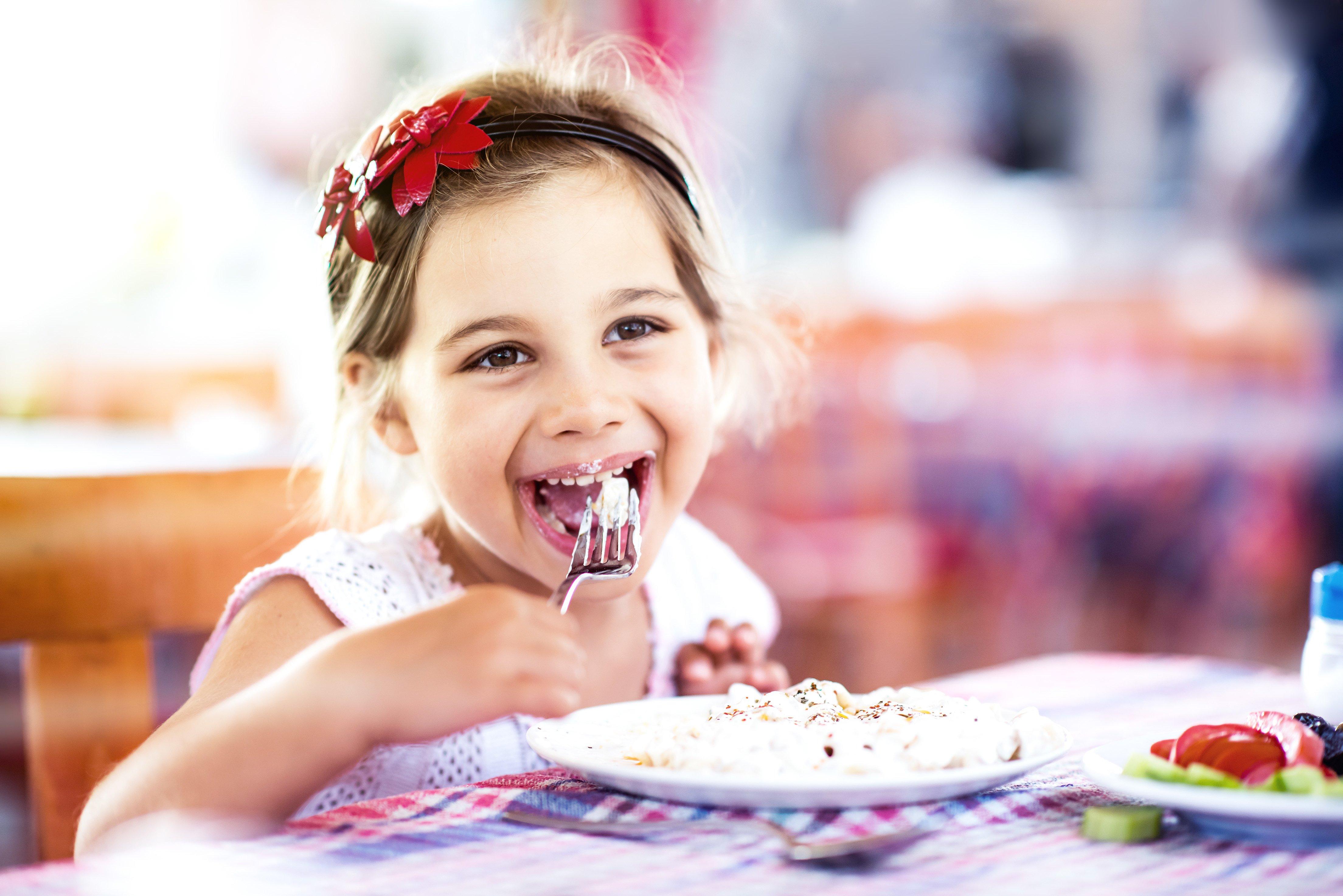 kleines mädchen isst im restaurant