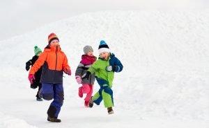 kinder spielen gemeinsam im schnee