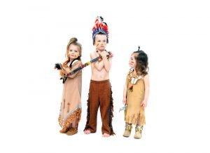 als indianer verkleidete kinder