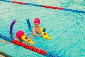 zwei kinder lernen schwimmen
