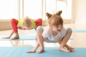 kinder in einem yoga-kurs