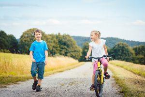 Kinder beim Ausflug auf Fahrrädern