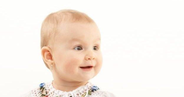 Babys und Kinder mit Ohrlöchern