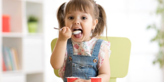 Mädchen isst 2 Fruchtzwerge