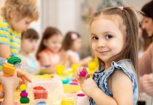 kleines Mädchen im Kindergarten