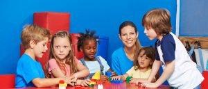 Erzieherin mit Kindern
