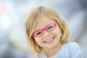 kleines blondes maedchen mit einer brille