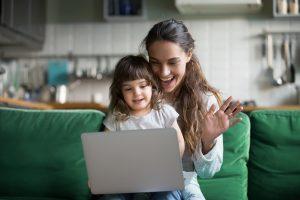 Mutter und Kind sitzen gemeinsam am Laptop