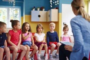 kindergartengruppe sitzt im kreis