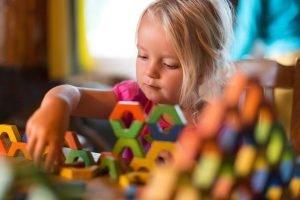 Kind lernt Konzentration mit Bausteinen