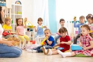 Kinder musizieren in der Kita