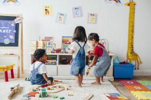 drei Kinder spielen zusammen
