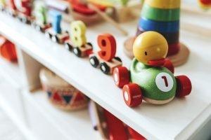 Kinderspielzeug in einem weißen Regal