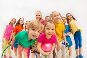 Kinder machen gemeinsam Gymnastik