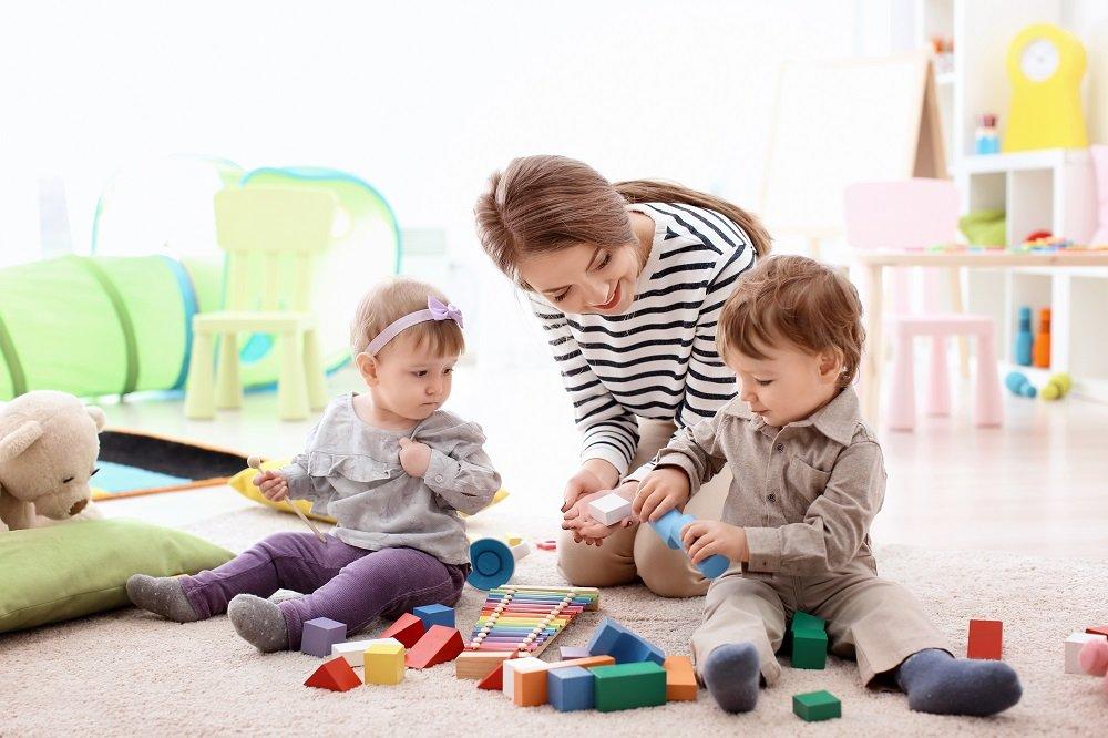 frau spielt mit zwei kindern