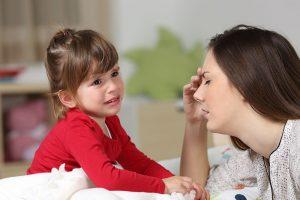 Mutter kann nicht auf ihr Kind eingehen