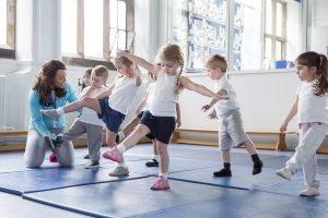 Kinder trainieren den Gleichgewichtssinn