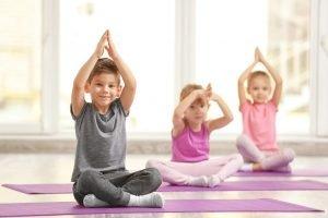 eine grupe kinder betreibt yoga