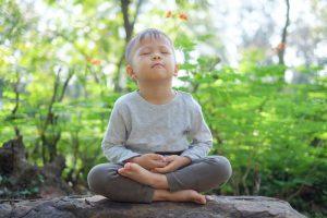asiatischer junge in yoga-stellung