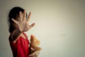 Kind streckt die Hand nach vorne, um Gewalt zu verhindern