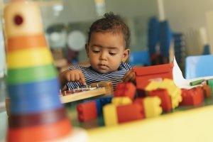 Kind spielt mit Bauklötzen