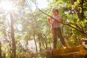 Kind spielt im Garten