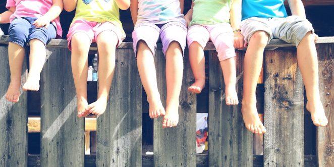 Kinder lassen Füße hängen