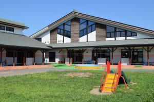 Kitagebäude von außen mit Spielplatz