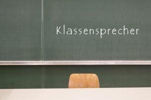 das wort klassensprecher steht an einer tafel