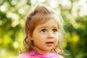 ein kleines Mädchen schaut fasziniert