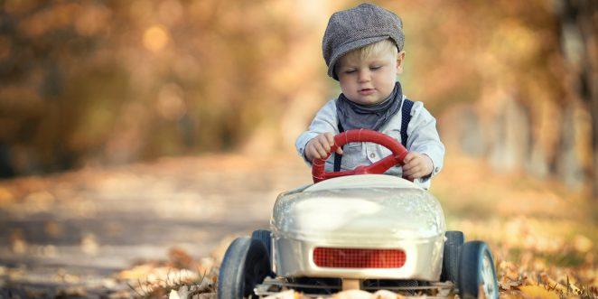 kleiner Junge mit Tretauto