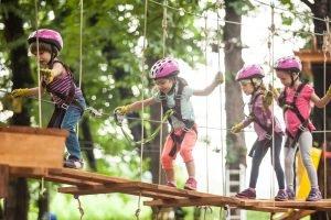 Kinder im Klettergarten
