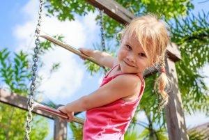 Kind klettert an einer Leiter