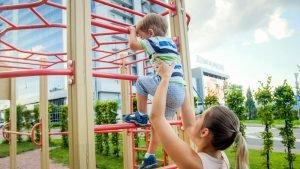 3 jahre altes kind kletter auf ein klettergeruest