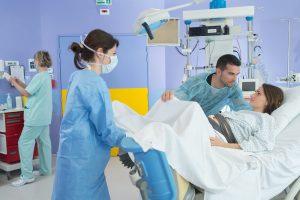 frau kurz vor der geburt ihres babys in einem krankenhaus