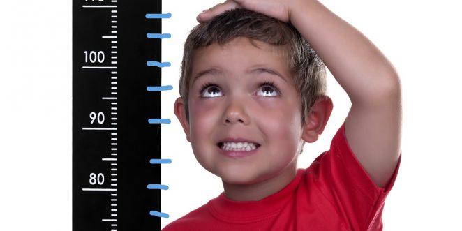 Kind misst eigene Körpergröße