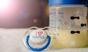 kolostrum in einer babyflasche