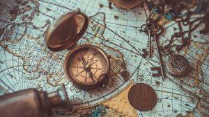 ein kompass liegt auf einer alten karte